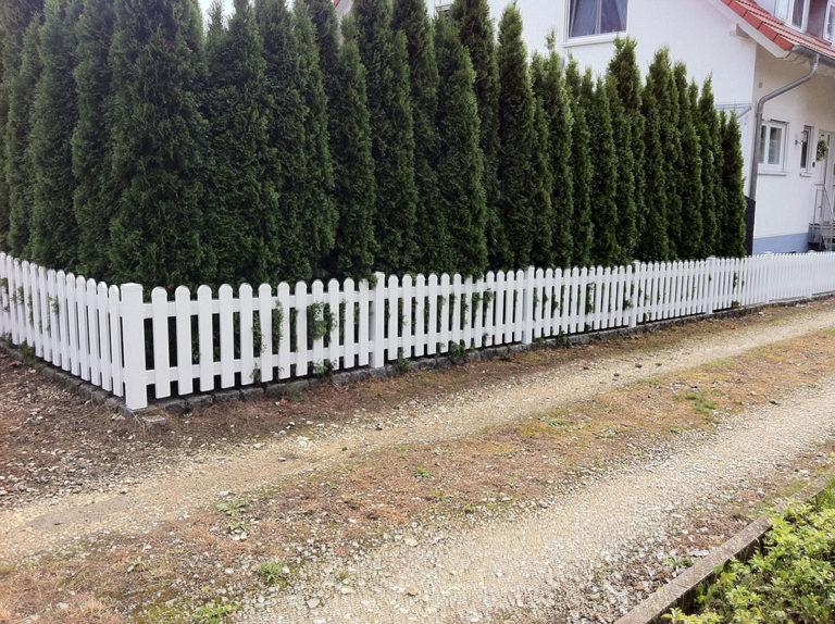 Weißer Gartenzaun